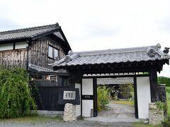 田園地帯に立派な門構えの大きなお屋敷が出現  この敷地の中にまたいちの塩を使ったレストラン「格(イタル)」と 「Sumi Cafe」と「季節屋」があります