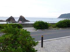 櫻井神社から車走らせて5分程の距離に「桜井二見ケ浦」があります 県指定の文化財 櫻井神社の社地として神聖な場所  美しいサンセットが見られるスポットです  駐車場が目の前にあるので車停めて海岸に降りてみます 駐車料は無料です