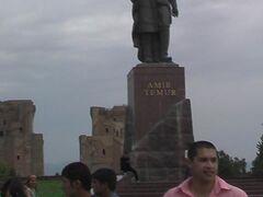 ティムール像と2つのアク・サライ宮殿跡