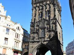 市民会館の横に火薬塔  15世紀後半、ゴシック様式の城門として造られ17世紀ロシアとの戦いで火薬庫として使用されたことから火薬塔と呼ばれています。