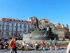 旧市街広場には大きなヤンフス像があります。  中世にローマカトリックを批判し宗教改革を主導したチェコの英雄 最期は火あぶりの刑に処されました。