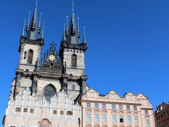 3分ほどで右手にティーン聖母教会があり旧市民広場に出ます。 広場にはカフェが面しています。  12世紀に建てられ1365年に現在のゴシック様式に改築 ティーン(税関)の前に建つ聖母マリア教会が正式名