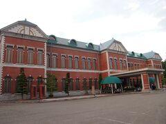 「日本自動車博物館」  かなり大きな建物です。