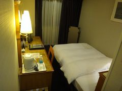 泊まったのは福利厚生の割引を使ってホテル日航奈良 駅直結です 食事なしでこの狭さで1万弱  ドアはオートロック 室内からはチェーンと鍵のロックで安心
