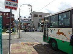 壺阪駅で下車。壺阪山駅から数少ないバスが出ています。 数少ないがゆえ事前に、時刻は出来れば町に着く前に逆算チェック必要。 壺阪寺までの短い距離を走っています。 ありがたいことにこのバスも交通系電子マネーが使えます。 後ろから乗って乗ったときにタッチ、前から降りるときに支払いでタッチです。