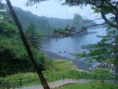 豪雨、、名所 巌門 下りて行く、、    いやだ。 休憩所で待つ 今の私の体の状態では危険