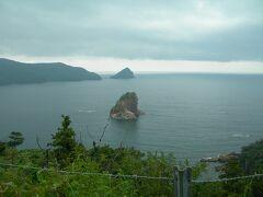 手前の島は? 有名な三郎岩のようです。東西から眺めないとわかりませんw