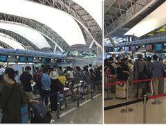 国際線で利用するのは今回が初めてになるベトナム航空。expediaで購入したチケットですが、公式HPからWebチェックインが可能でした。自分で席も選べます。チケットも自分で印刷して準備万端。で、カウンターに行ったら、すごい列!え〜こんなにみんなベトナムに行くの〜って、ちょっと驚き。係員に「Webチェックインしていても、この列に並ぶんですか?」って聞いたら、「ハイ、そうです」だって。意味ないじゃん!って思って、渋々並んでいたら、「先程は失礼いたしました、ご案内します」だって。「Webチェックイン」レーンは誰一人おらず、スイスイ完了。係のねぇちゃんは、もう少しお勉強しましょ。で、荷物を預けると、タグと一緒にチケットも発券されるので、自分で印刷してくる必要なしでした。