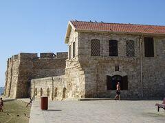 このアシノン通りの南の突き当りが、ラルナカ要塞。中は、中世博物館になっています。 この要塞(城)は、歴史的には、14世紀の終わりまで遡る。