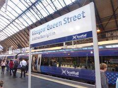 グラスゴーの中心部にあるクイーン・ストリート(Queen Street)駅です。ここからエジンバラ(Edinburgh Waverley)行の列車に乗ります。朝8時過ぎ発の列車で出発です。チケット値段がそんなに高くないので一等車にしました。