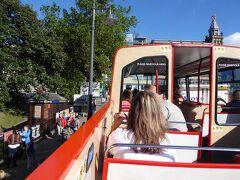 市内巡りの観光バスチケットを駅前で購入し、観光に出発です。乗り降り自由で、15〜20分毎に循環観光バスが運行されていますので、主要観光スポットを訪問するのに便利です。