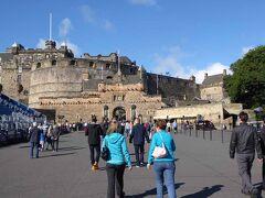 観光バスはエジンバラ城に到着しました。3分程歩いて城入り口に到着しました。朝早いためか、まだあまり混んでいません。