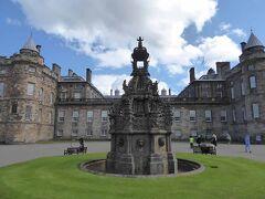 ホリルード宮殿の正面です。1128年にスコットランド王デビィド1世によって建てられた寺院が前身で、15世紀からスコットランド国王夫妻の住居として使われてきています。現在、宮殿はエリザベス2世の夏季の滞在地として使用されているとのことです。