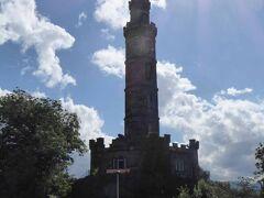 最も目立つネルソン記念塔(Nelson Monument)です。1805年のトラファルガー海戦でフランスとスペインの連合艦隊を破ったネルソン提督の業績を記念して建てられた塔で、高さは32mです。この塔は、1807-1815年に建設されたと説明されていました。