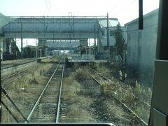 2つめの駅、亘理駅。亘理町の中心駅。 中線に作られた臨時ホームを使用しているようだ。