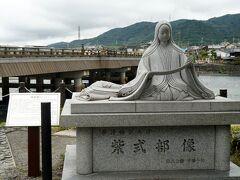 宇治橋の紫式部像  この地は、『源氏物語』の「宇治十帖」の舞台。  今回、川面に群がる小さな虫たちは居なかった。
