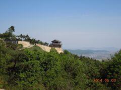 吉備津神社の次は、細い山道を上がり、日本100名城の一つ「鬼ノ城」に行きました。駐車場からはかなり登りますので、足の弱い方は無理をしない方がよいと思います。  山一つを土の壁や石垣で囲った巨大な「古代山城」です。史書に何の記録も残されていないので、誰が、何の目的で造ったかは分からないそうです。戦に使われた記録もありません。  大陸からの侵攻に備えて秘密裏に造られた、多人数を収容できる防衛施設だったのではないでしょうか? 実際に侵攻は無く使われないまま廃墟となり、地元民から鬼の住む城と呼ばれるようになったのでは?