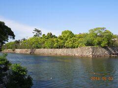 岡山城に着きました。駐車場から内堀越しに本丸方向を見ます。  石垣は低めですね。