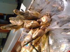 朝一番で中央市場へ。時間は15分! 広くて屋内・屋外もあります。 魚あり