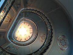 ユーゲントシュティール建築巡り  リガはユーゲントシュティールの宝庫、あちこちに素敵な建物があり、皆上を見上げています。  アルベルタ通り12番地  らせん階段の家
