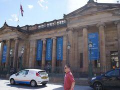 まずはここ。スコットランド国立美術館です。ウェーバリー駅からは歩いて10分ほどのところに位置しています。 規模はそこまで大きくありません。神殿風の壮観な建物ですが、入場料は無料。ありがたいです。