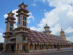 まずはこちらにご案内。  カオダイ教のお寺です。こちらが総本山だそうです。 カオダイ教は、仏教、キリスト教などのいいとこ取りをしてベトナムで作られた宗教だそうですが、政治色が強いとガイドさんが言ってました。