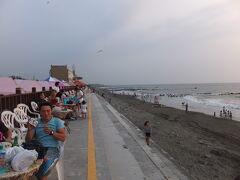 【台南黄金海岸 台南 2016/09/25】  興達港観光漁港の後は、台南黄金海岸へ夕日を見に行きました。 ここは興達港情人碼頭と違って、たくさんの家族連れ、若者が夕陽を見に集まっていました。 きれいな夕日を見ることができました。