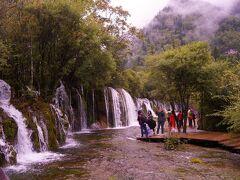 """そして箭竹海の水が滝となります。  Panda国の皆さんは、""""滝 with 素敵な私""""の撮影が大好きです。"""