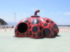 直島では瀬戸内国際芸術祭 2016が開催されていました。 でもちびっこたちを連れての目的は「フェリーに乗ること」だったので(笑)フェリーが到着した宮浦港回りだけサラリと見学。 草間彌生作 赤かぼちゃ。