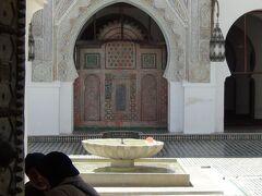 カラウィン・モスク(中庭 イスラム教徒以外は入れません。)