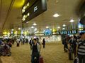 定刻は5時10分にチャンギ空港着でしたが、20分早く到着しました。チャンギ空港は、到着客と出発客のエリアが分かれていないので、間違えないよう【Arrivals】のサインを確認しながら進みます。タバコは1本から税関に申請する必要があるため、今回は持ち込まず、現地のセブンイレブンで調達しました。(いい加減、やめれば良いのに!)ガムを持ち込んでもいけないので、注意が必要です。