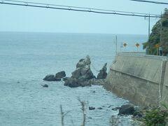 2016.09.03 仙崎ゆき「みすず潮彩号」車内 長門二見付近の停車スポットから夫婦岩を眺める。