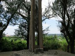 『栄里の塔』  山形の塔からクルマなら1〜2分。 真栄里住民による遺骨収集のモニュメントである。 その数、12,000にも及ぶ。