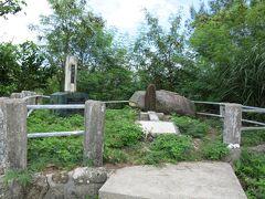 その左手 こちらが「バックナー中将慰霊碑」・・・と言うと、手前の十字架を「それ」と思う人も多い。 その奥の石が「米第10軍司令官サイモン・B・バックナー中将慰霊碑」である。 十字架と左の石碑は、戦死者への慰霊之碑である。