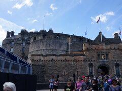 来ましたエディンバラ城。 城というよりは、ロンドン塔のような要塞に近い印象です。 重厚な渋い外観ですね。 チケットの引換券がツアーの特典で付いているので、こちらを使用。日本語ガイドのみレンタルしました。