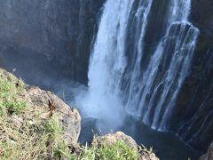 進んでいくと滝がありました。 ザンビア側がいいのは、滝の全貌と滝壺が見れることです。