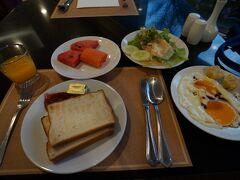3日目の朝です。 今日は現地発のツアーを日本から予約しました。 VELTRAの「ダムヌンサドゥアク水上マーケット+アユタヤ遺跡観光ツアー」で 昼食・入場料・日本語ガイド付きです。 6:25ホテル待ち合わせのため、オープン直後の朝食会場へ。  なお、ホテルの口コミはこちらです。 http://4travel.jp/os_hotel_tips_each-12380276.html
