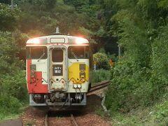 """2016.09.03 特牛 再びバスに乗り特牛駅へ。仙崎で折り返してきた「みすず潮彩」に乗る。同じルートを同じ列車に乗って帰るのは""""乗り鉄""""失格感があるが、今回は""""がっつり観光""""である。次はホエールウォッチングである。見られる時間が限られるため、このような旅程になってしまったのだ。"""