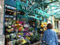 ホールフーズマーケットは、高級スーパーマーケットだ☆  去年行ったロンドンにもあったが、アメリカの資本らしいね。  近所の人がオーガニックや高級な食材を求めてやってくるスーパー  その入り口には美しい花々♪