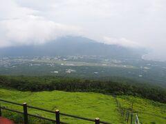 八丈富士の中腹にある牧場から見た、八丈島の町と南側の三原山が見渡せる。見晴らしが良い。