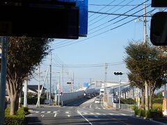 途中、ベタ踏み坂と言われる急な坂の橋を通る。 正式には江島大橋。
