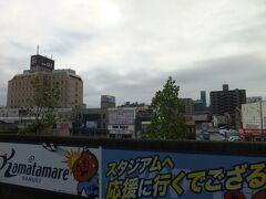 高松から丸亀に移動して、丸亀城へ。駅のホームからお城が見えます。