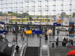 Berlin HBF駅。 トラムが駅前を走っています。