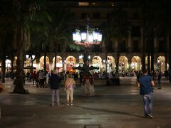 レアル広場には、ガウディの処女作の街灯!いきなりのガウディ体験