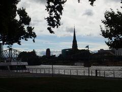マイン川沿いを歩いていると川の向こうに「アイゼルナー橋」と「ドライケーニヒ教会」が見えてきました。  それにしても涼しい。 晴天ではないにしても、8月だというのに大きめのバッグを持って一生懸命歩いてもちょっと涼しいくらい...