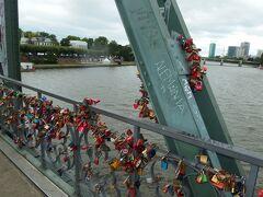 「アイゼルナー橋」は歩行者専用の鉄の橋。 橋の欄干にはたくさんの南京錠が掛けられています。 南京錠に鍵を掛け、その鍵を川に投げ入れると、そのカップルは永遠に結ばれるという言い伝えがあるようです。