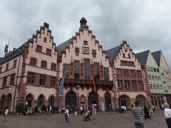 階段のような段々の屋根が可愛い「レーマー(旧市庁舎)」