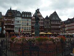 フランクフルトの中心「レーマー広場」 広場の中央には公正を表す天秤を持った「正義の女神の像」が建っています。
