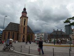 ハウプトヴァッヘ駅の上にある「ハウプトヴァッヘ広場」 広場の周りに建つ「カタリーナ教会」はドイツの文豪ゲーテが洗礼式を行ったことで知られています。 右側の「ハウプトヴァッヘ」は、元々は警備本部だった建物。 現在はカフェとして生まれ変わっています。