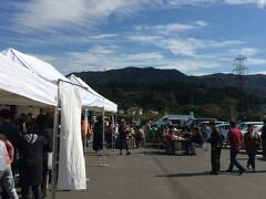道の駅 中山盆地でそば祭りをやっていたので、寄ってみました。 お蕎麦、凄く並んでいてどうやら先着300名はサービスのようです